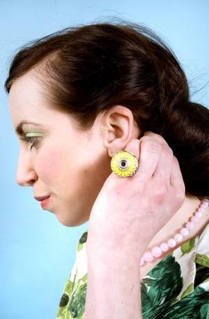 Grön ring med glittrig sten och zebrarandig sida, 119 kr från Gina Tricot. Rosa halsband, 69,90 från Glitter.