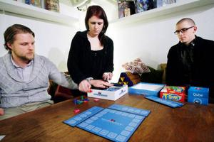 Gediget och riktigt roligt. Robert Hamberg, Sara Hamberg och Tomas Brink gillar spelet Bezzervizzer skarpt.  Foto: Henrik Flygare