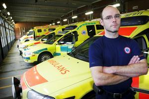 Bryter mönstret. Ambulansen i länet åker inte på lika många uppdrag som förr. Samtidigt har ambulansutryckningarna ökat på många platser i övriga landet. Ambulanschefen Fredrik Leek anser att detta beror på operatörsbytet 2011, då Medhelp tog över som larmoperatör från SOS Alarm – ett byte som nu skett omvänt; i går fick SOS Alarm på nytt ansvar för ambulansdirigeringen i Västmanland.