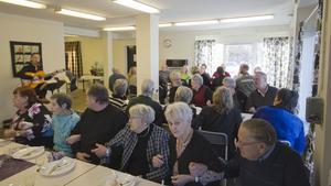 Deltagarna bjöds på trubadurunderhållning under invigningen av lokalerna på Bergslagsvägen. PRO i Skinnskatteberg bildades 1952. Medlemmarna är mellan 50 och 97 år. Boule, bowling, bridge och fiske hör till de vanliga aktiviteterna.