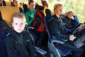 Signe Nilsson, Eva-Lena Jonsson och William Nilsson tar bussen till etappen i Böle. – Det har fungerat jättebra, man behöver aldrig vänta, säger William.