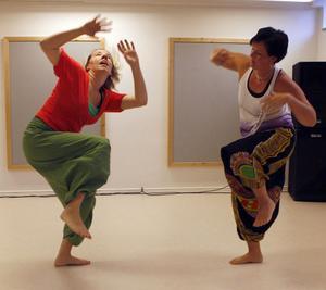 Jenny Norberg och Lotta Wallström visade en afropowerdans, som är ett exempel på dans som återkommer i den nya lokalen framöver.