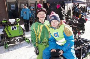 Nemo Fahlander och Kid Andersson satt och njöt i solskenet.