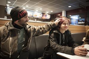 Lukas Frisell, 17 år, brukar följa med Cescen och nattvandra. Han gillar att nattvandra. Det är ett socialt men nyktert alternativ, säger han.