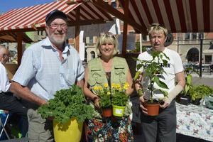 Bernt Laggren, Eva Laggren och Olle Westberg var några av försäljarna på årets första Bondens egen marknad.