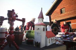 Ingen julmarknad utan julpynt: trots att det blåste en hel del kom många besökare för att kolla vad marknaden hade att erbjuda.
