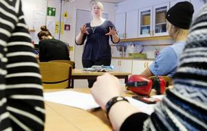 """TRIVS SOM LÄRARE. Riksdagsledamoten Elin Lundgren (S) besökte sin gamla arbetsplats Sofiedalskolan för att hålla koll på vad som händer inom skolan och läraryrket. """"Jag hade önskat att jag fått sitta i miljö- och jordbruksdepartementet, eftersom min mamma är bonde, men jag hamnade i justitieutskottet som ägnar sig åt polis, domstolar, lagstiftning och annat. Det passar mig bra eftersom det var advokat jag ville bli när jag var barn""""."""