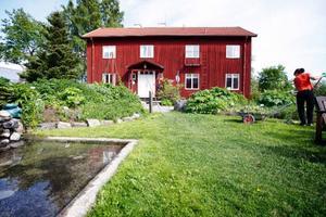 Fröjas Trädgårdar vid Rösta är i dag mer inriktad på rehabilitering än på produktion av växter. Men verksamheten kan komma att ifrågasättas när ny lagstiftning införs från nyår, och som vill stoppa offentligt driven affärsverksamhet.