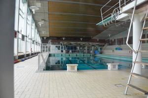 Spegelblankt vatten och ödlsigt tomt. Så ser badet i Kumlahallen ut nu. Men på sikt ska det bli annan verksamhet i det före detta badet. Bild: JAN WIJK