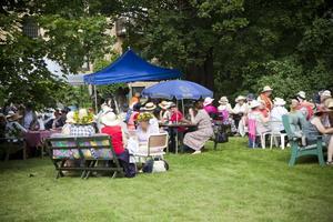 102 kaffekoppar var framdukade till kafferepet i trädgården bakom Berglunds bageri i Kungsgården.