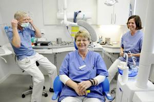 Karin Milling (i mitten) har fått sällskap på distriktsköterskemottagningen av tandläkaren Helmer Mörner och tandsköterskan Lotta Johansson.