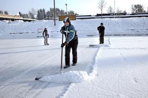 Klas Folenius och Bruno Fredriksson skottar trots att det denna söndagsmorgon är 16 minusgrader ute.