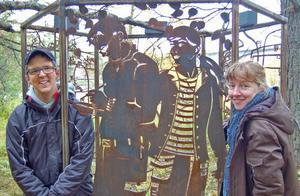 Johan Lind och Emma Billbäck har skapat en i flera avseenden öppen och ljus skärmskulptur, som inbjuder till kommunikation och upplevelser. En av skärmarna, skurna i plåt, föreställer också Johan och Emma.