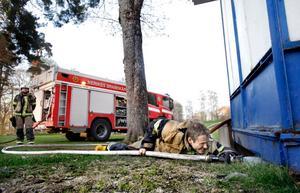 Brandmännen släckte och blötte ner ordentligt under scengolvet.