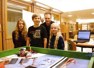 Alice Rodling, Mattias Tykosson och Tilde Brundin arbetar under lovet inför First Lego League i Östersund med under lovarbetet är även läraren och lagledaren Bengt Böhlin.
