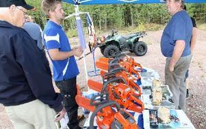 Pontus Abrahamsson fick många frågor om vilket bränslen man skulle köra sina sågar på. Foto: Curt Kvicker