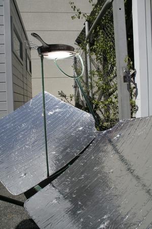 Folien riktar solstrålarna till stekpannans undersida.