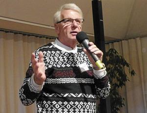 Cocosbollsförsäljare Classe Sigvardsson sjöng och underhöll vid SPF Tuna-Säters senaste möte.