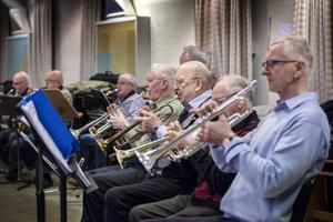 Janne Nilsson och de andra trumpetarna stämmer in.