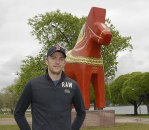 Mattias Ekholm går i väntans tider hemma i Mora, där han och sambon Amanda precis ordnat en ny lägenhet. Han väntar på att Nashville ska erbjuda ett härligt miljonkoktrakt, så att han kan fortsätta NHL-karriären i den amerikanska klubben.