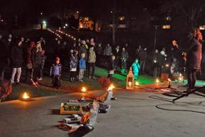 Det blev en välbesökt och stämningsfull ljuskväll i Sveaparken. Musiken från scenen bidrog till den mysiga stämningen.