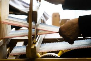 Under prova-på-dagarna får man främst lära sig att trampa rätt och få tråden igenom varpen.