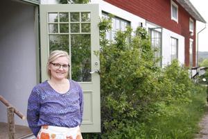 Lena Aune driver Olsgård tillsammans med sin man.