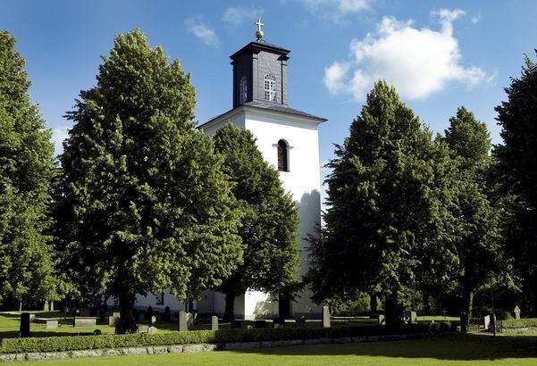 Tortuna kyrkas torntak ska rustas – en av de kyrkoantikvariska åtgärderna som får pengar av staten.