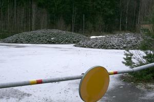 Slamhögar, cirka 600 kubikmeter, förorenade med krom och nickel ligger utanför Degerfors reningsverk. Deponi är i dagsläget enda sättet för kommunen att bli av med det. Dock till en kostnad av 750 kronor per kubikmeter.