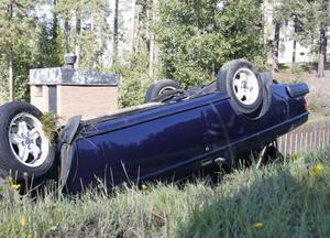 Bilen voltade och blev liggande på taket. Föraren kunde själv krypa ut.