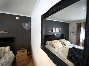 Sänggaveln i Anne och Pärs sovrum är tillverkad av en gammal dörr som Anne köpt på loppis och sedan lackat svart. Hjärtat tillverkat av hönsnät ger en rolig hint om husets historia.