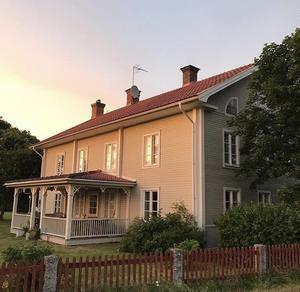 Solnedgång på senhösten över Högbackagården.