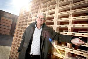 Lastpallar är en huvudprodukt inom John Olov Benmarkers koncern.