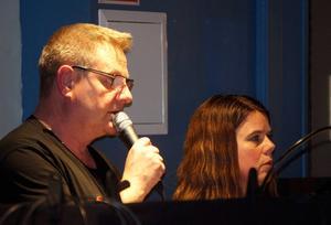 Mikael Ludwigsson och Birgitta Andersson ger instruktioner under scenbytesträningen