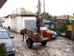 KONTRASTER. Både Mercedesbilar och åsnedragande kärror var en vanlig syn i Albanien.