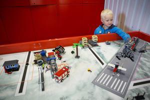 Albin Eklund, 5 år, bygger lego. I KomTeks verkstad finns 40 kg lego.