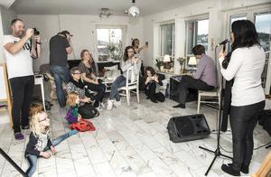 Molly Sandén sjunger Satellites i familjens vardagsrum i Juniskär.