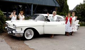 Gittan Samuelson, Katarina Felthendahl, Laila Gustavsson, Dordy Andersson, Britt-Marie Gustavsson Damrally Cadillac Coupé de Ville 1958 körde Damrallyt för några år sedan.
