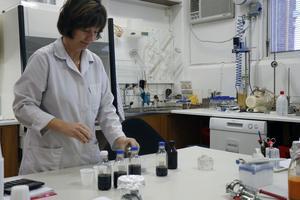 Tanja Dizdarevic' arbetar i laboratoriet på Roberts.