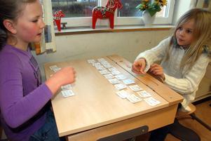 Olivia Rutkvist och Victoria Göransson gör en mattekedja,
