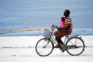 Vid lågvatten är sanden så fast att den går att cykla på.    Foto: Sofia Hallonsten