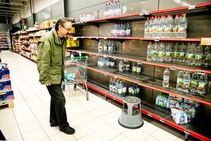 Efter kaoset med vattenlarmet var efterfrågan stor på vatten i Örebros matbutiker. Hans Boström besökte Coop Extra Österplan.