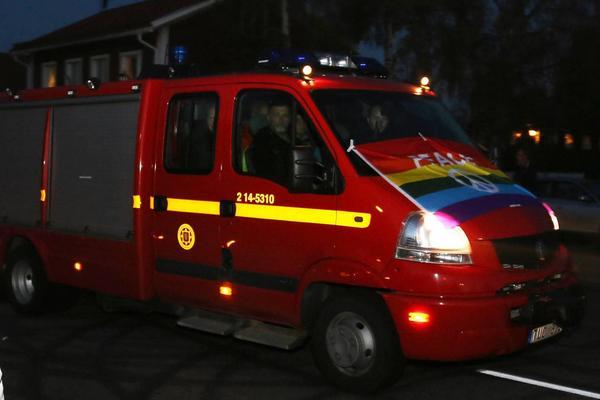 Brandkåren klädde bilen i regnbågens färger.
