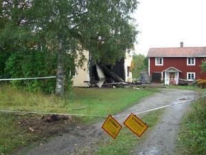 STOPP. I väntan på att polisens tekniker letar efter brandorsaken är huset avspärrat.