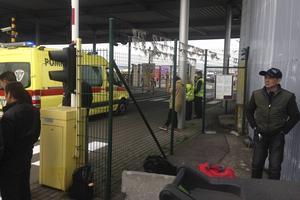 Ambulans påväg in mot huvudbyggnaden.