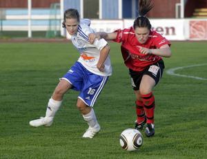 Iggesunds Sara Johansson och Team Hudiks Stina Allgulander i kamp om bollen.