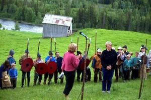 Spelets skapare, Anna Lena Forsåker, till höger, tackas av Millestgårdens ägare Sylvi Jektvi.