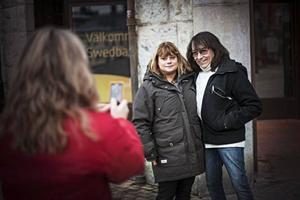 Svenne blir fortfarande igenkänd på stadens gator. Vi hinner bara en liten bit på Prästgatan när Agneta och Susanne Nordqvist kommer fram och vill bli fotograferade tillsammans med honom.– Han har gjort så många bra låtar, och de håller än, säger de.Foto: Stefan Nolervik
