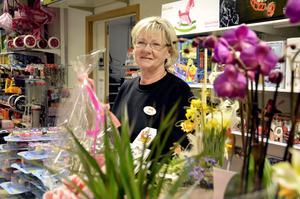 Lyckönskningsblommor. Butiksdisken pryds fortfarande av de blommor Karin Berglund fick när hon tog över som ny ägare till Lekiabutiken i Kumla i fredags. Bild: JAN WIJK
