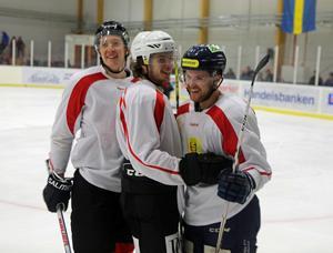 Markus Persson, Thimmy Hammargård och Niklas Nilsson hade stundtals lekstuga i den traditionella hemvändarmatchen.